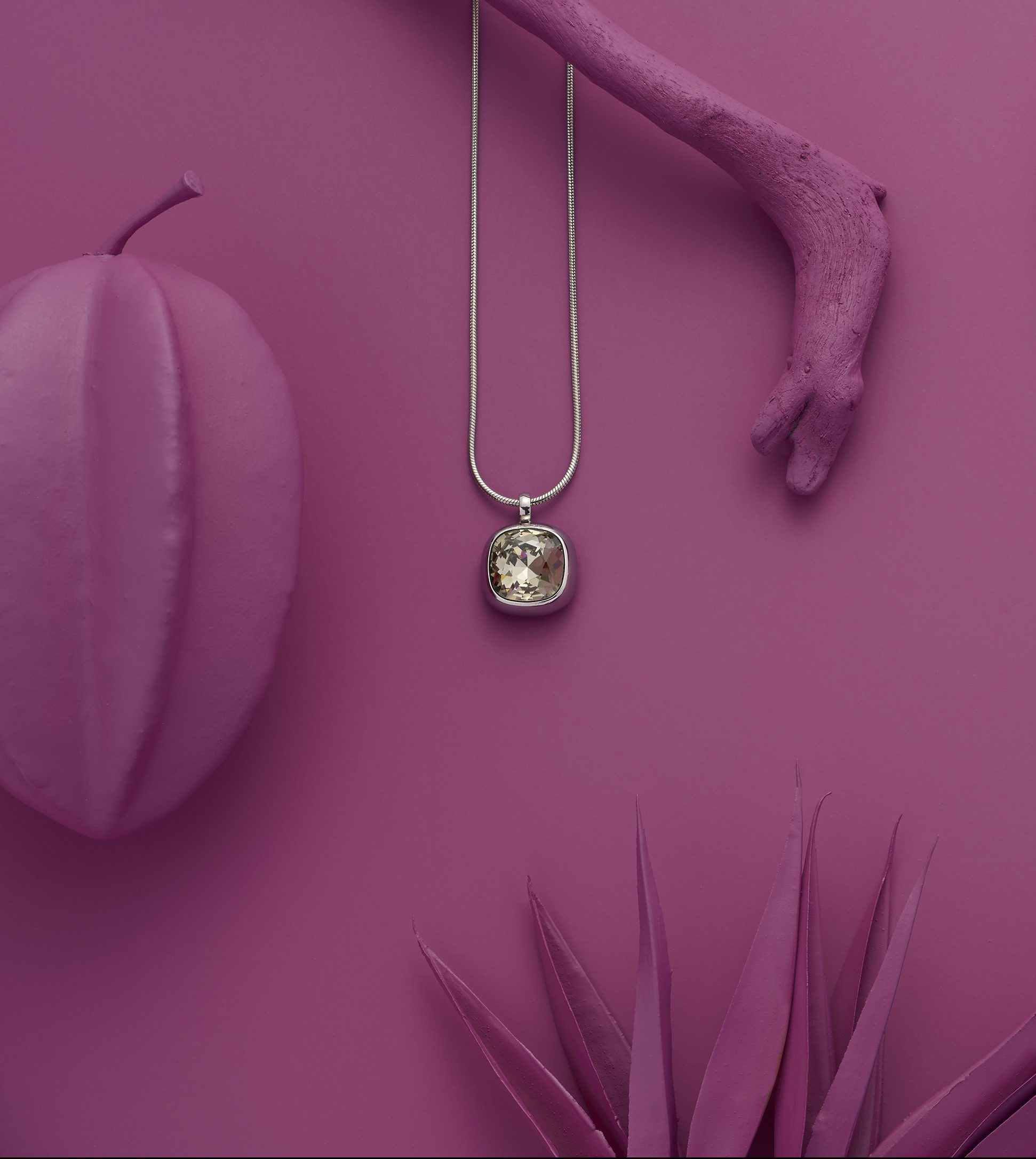 collection fond fushia, collier perles 65€, bague coquillage 39€, collier strass 45€, Energetix
